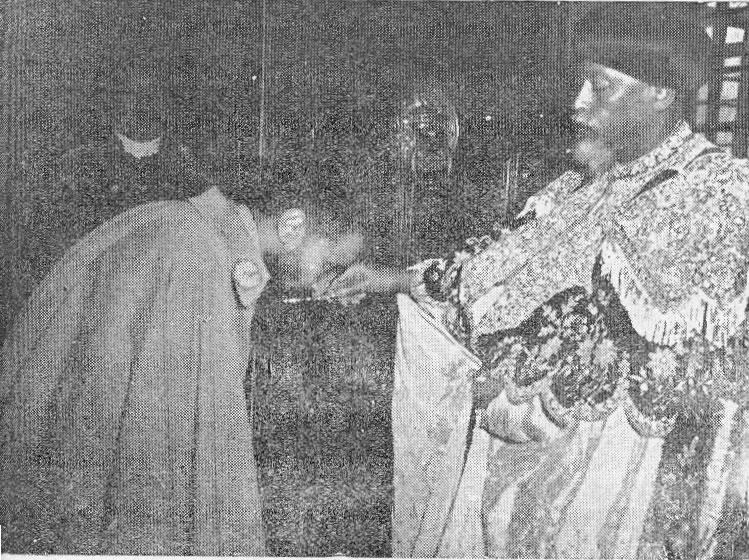 Haile Selassie I embrassant la croix des mains d'Abuna Basilios 1er ...